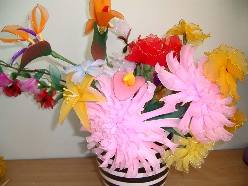种手工花培训 丝网花又名丝袜花、在日本叫做龙蒂花,在我国台湾地区也称之为东蓠花,是人们近年创作的又一种人造花卉。它不仅具有鲜花的灵性,又具有自己独特的韵味,它透明、柔韧、高雅、晶莹、永不凋谢,比其它的人造花卉具有更高的艺术性。特别是它的可创作性强,无论老幼都可以动手制作,所以很快受到人们的青睐。 丝网花源自于尼龙丝材料,也就是常穿的丝袜。现在市场上有专门做丝网花儿的材料,颜色多样,价格低廉。 本部常年招收丝网花儿学员,批发丝网花,丝网花原材料等。 课程安排: 丝网花初级班200元(8种基本花形) (