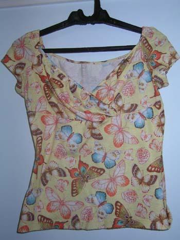 这件衣服很可爱,黄色的蝴蝶图案组成的,穿上也很舒服,是我去年在中友