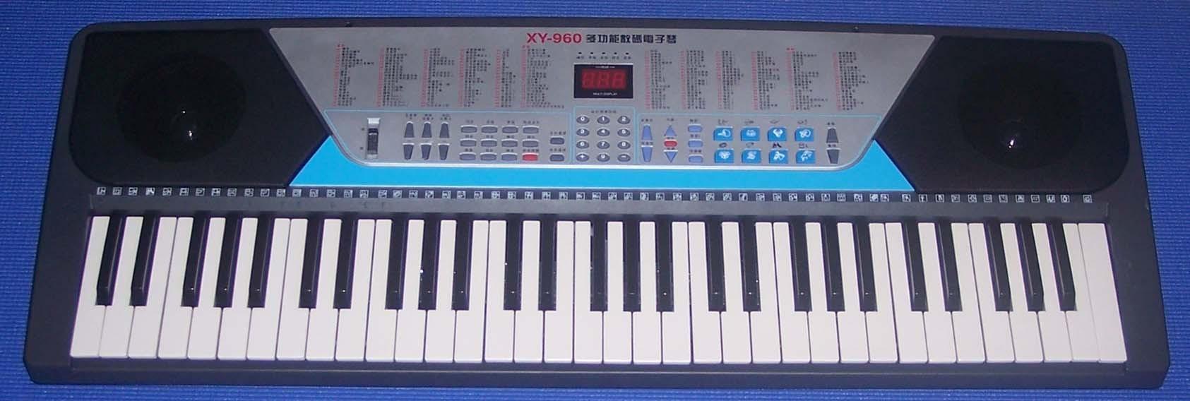 新韵XY-960多功能教学型数码电子琴 功能介绍: 100种最新采样音色,100种世界最新流行自动节奏 另带8种面板打击乐、8种动物声效、8种复音键 61键的键盘打击乐,满足你一些特定的声效 具有录音功能、编程功能 有颤音、延音功能、 立体声发声系统功能 学习功能,学习A(一键一音)学习B (鼓点节奏弹法) 多指单指和弦伴奏 升调降调功能 LED显示屏,话筒输入,耳机插孔,交直流两用 难得的是有40首国内外最动听的示范歌曲 附送麦克风、琴谱架 注明:满10台 按170元给 满20台 就可以按160元给(含