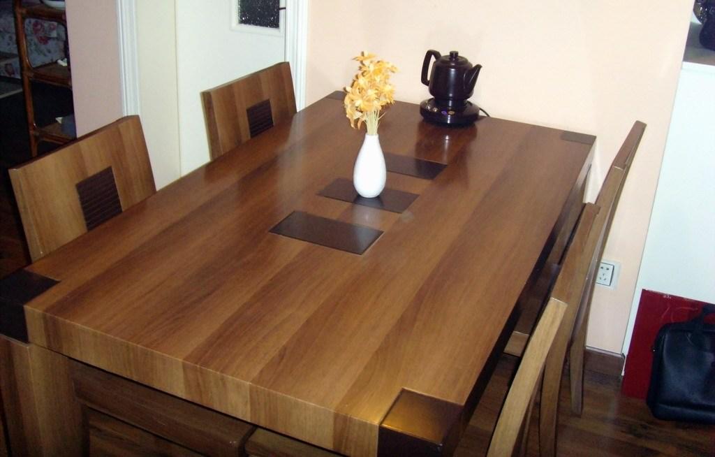 低价转让自用胡桃木餐桌餐椅一套
