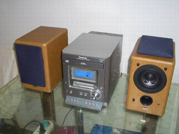 转让一台9.8成新的松下迷你音响,怎么新的主机太难得了。该机主要功能CD、磁带、收音,所有功能全好。CD读盘很好秒杀所有光盘。磁带机是车载卡带机的款式,音箱用的是JVC T155的上的MINI HI-FI箱,该箱采用JVC著名的3.5寸全频喇叭,音质超好,比松下原配的音箱强多了。整套音响高音清晰,低音厚重,听起来整个一个大音响的感受。该机小巧玲珑,节省空间。适合摆放在睡房。收音机灵敏度很高不用外接天线就能清晰收听FM,比较遗憾的是不带遥控器,眼见为虚,耳听为实,欢迎北京的朋友上门试听选购。