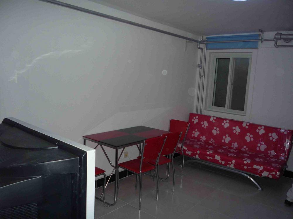 房子是半地下室的,精装修2居室!