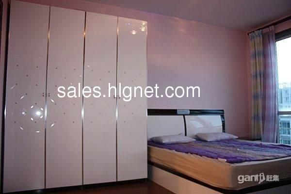 三个卧室是高级红木地板,客厅和厨房是大理石地面.